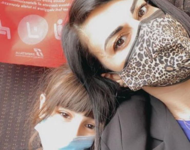 Bianca in viaggio con sua figlia