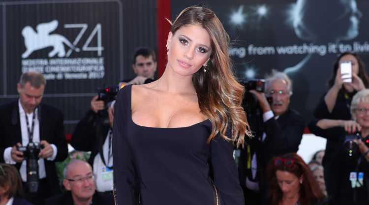 Chiara Nasti in primo piano con l'abito nero
