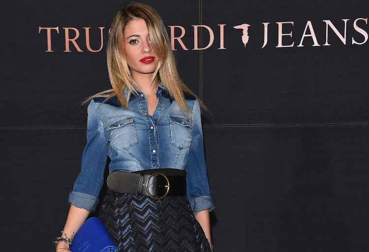 Chiara Nasti in nero e jeans