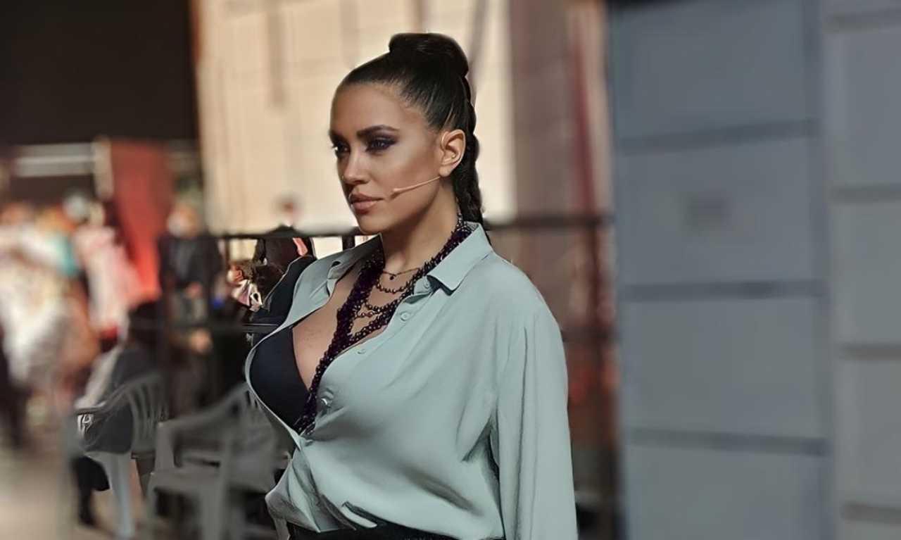 Claudia Ruggeri con la camicia aperta