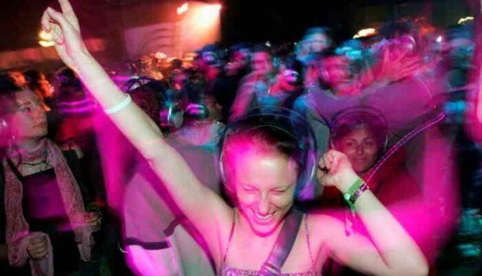 Persone in discoteca
