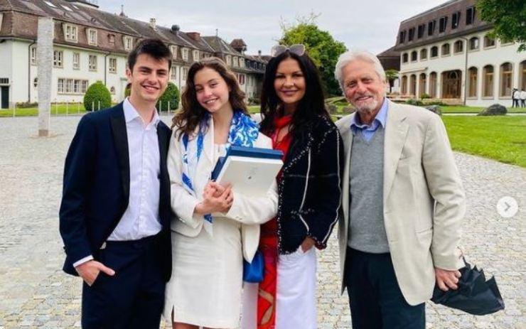 Douglas e la sua famiglia nel giorno del diploma