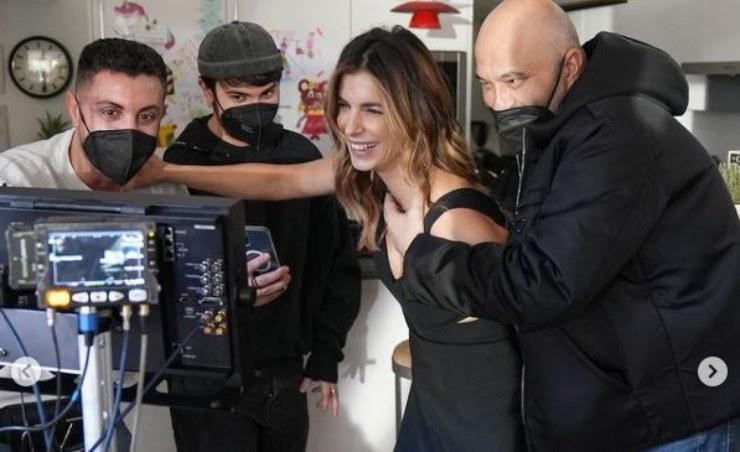 Elisabetta impegnata nel backstage di un servizio