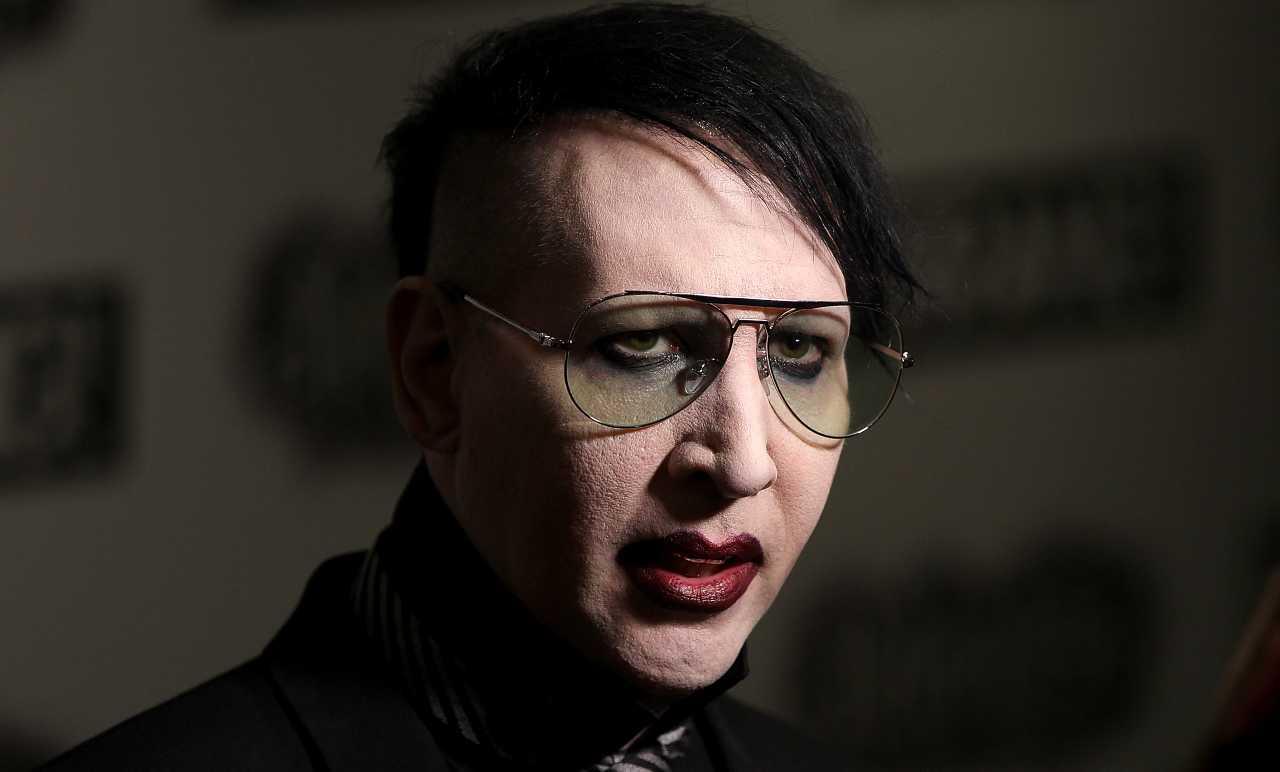 Marilyn Manson si costituisce alla polizia