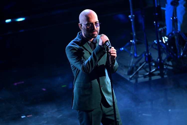Giuliano Sangiorgi mentre si esibisce