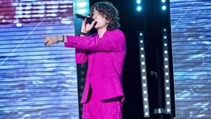 Il cantante di Amici con il suo outfit fucsia