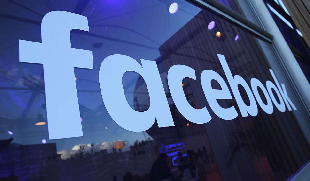 Facebook su una vetrina
