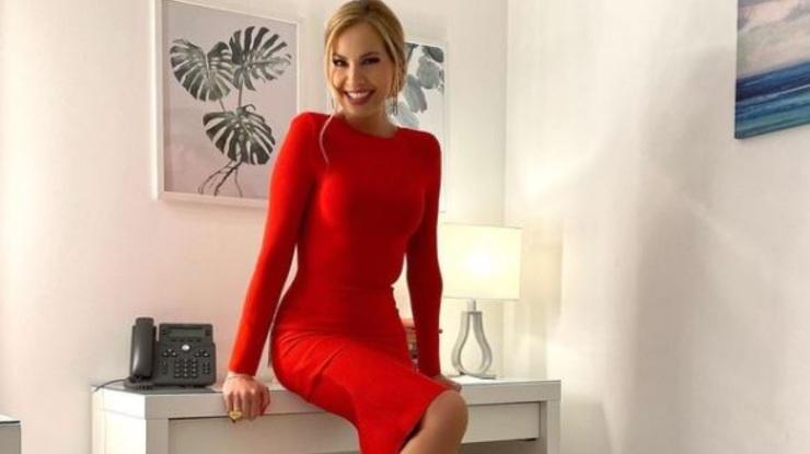 La Panicucci in abito rosso