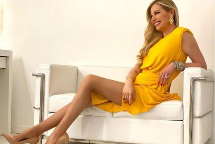 La Panicucci sensuale sul divano