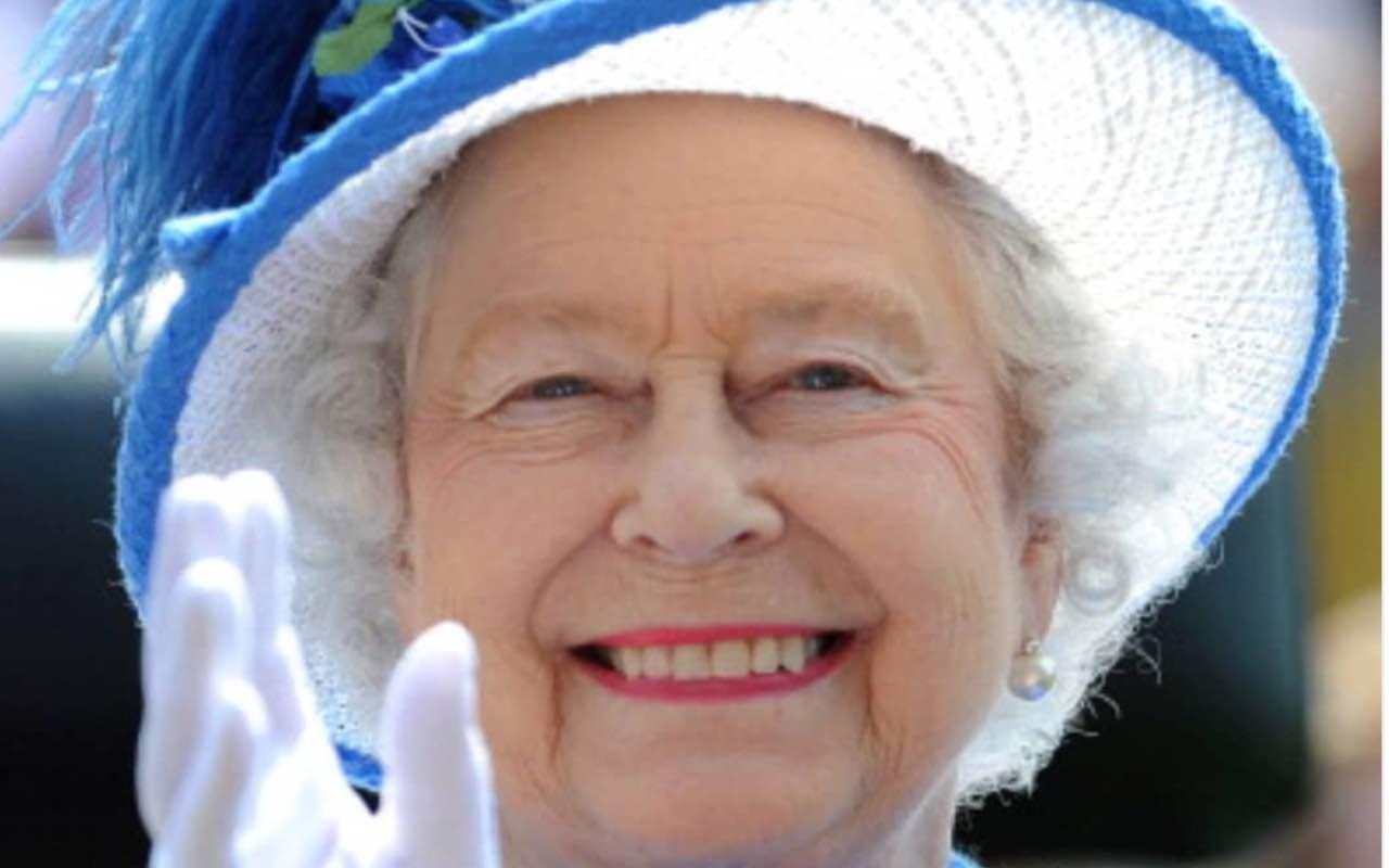 La Regina Elisabetta saluta