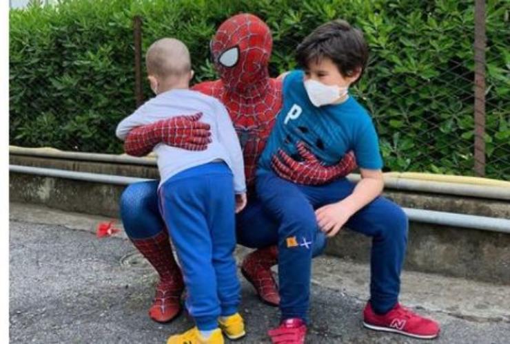 Mattia insieme ai bambini