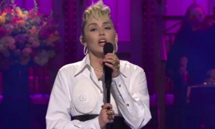 Miley Cyrus canta