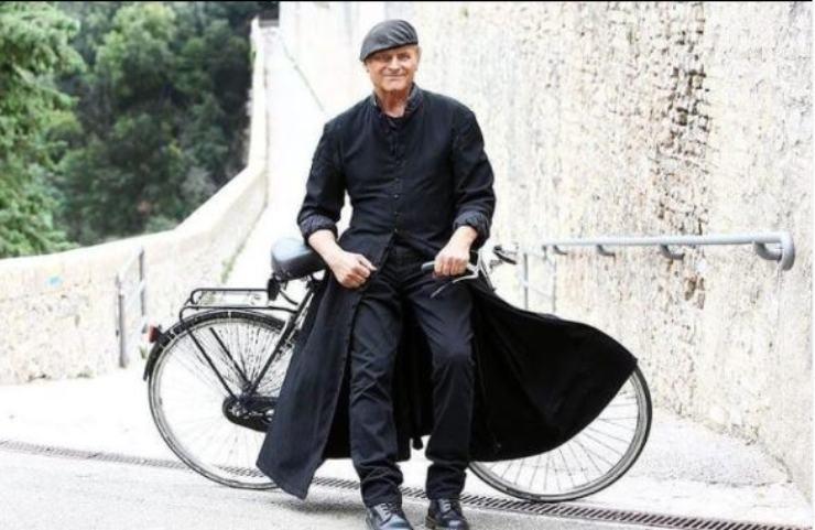 Terence Hill, il prete in bicicletta di Rai Uno