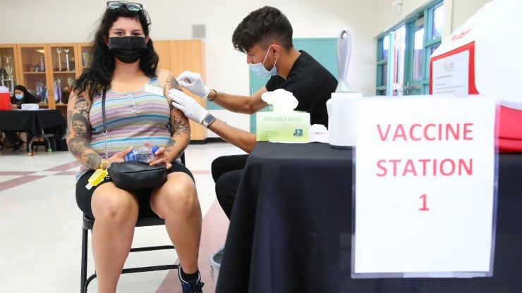 Una donna si sottopone alla vaccinazione anti Covid