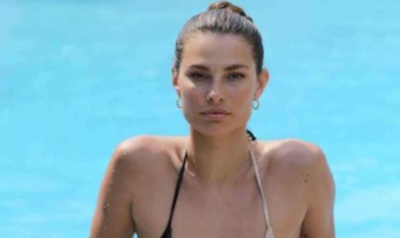 Dayane Mello bagno in piscina