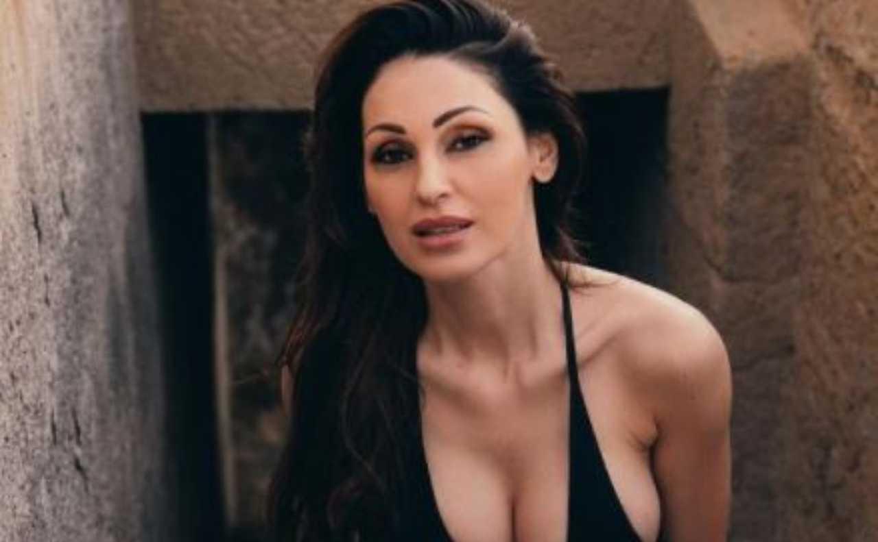 Anna Tatangelo bikini