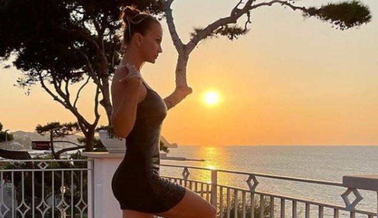 Eva romantica al tramonto