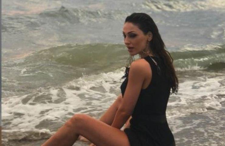 La Tatangelo sensuale in riva al mare