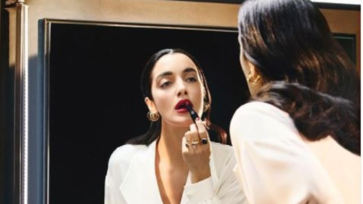 La cantante siciliana allo specchio