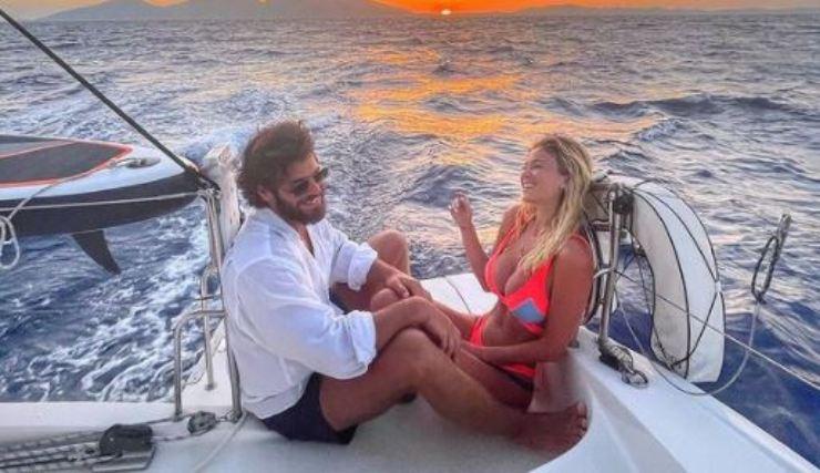 La giornalista e l'attore in barca al tramonto