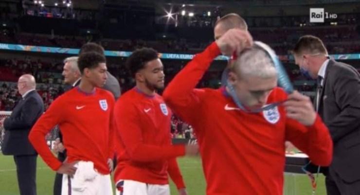 La nazionale inglese sfila la medaglia dal collo