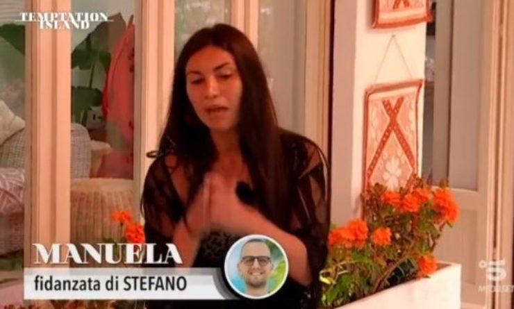 Manuela si confessa con le altre ragazze
