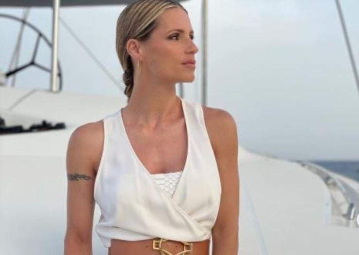 Michelle in abito bianco