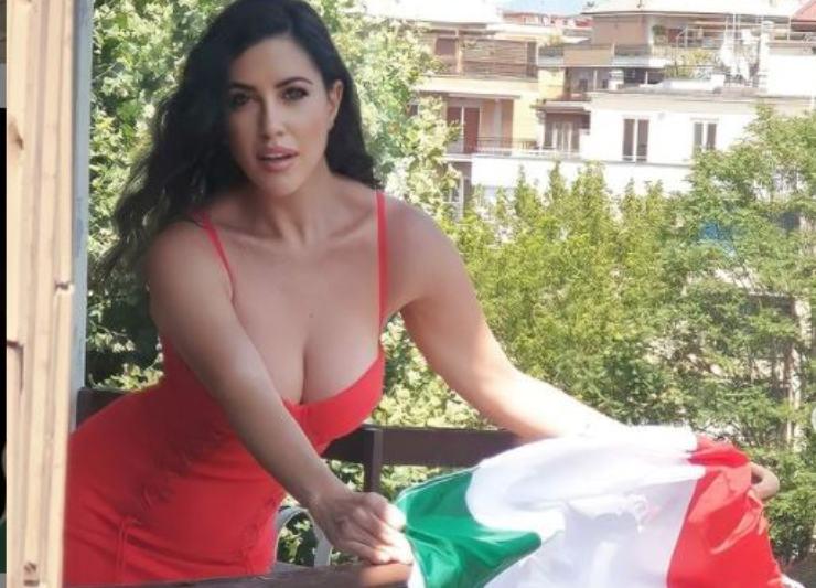 Miss Claudia durante il suo tifo per la Nazionale