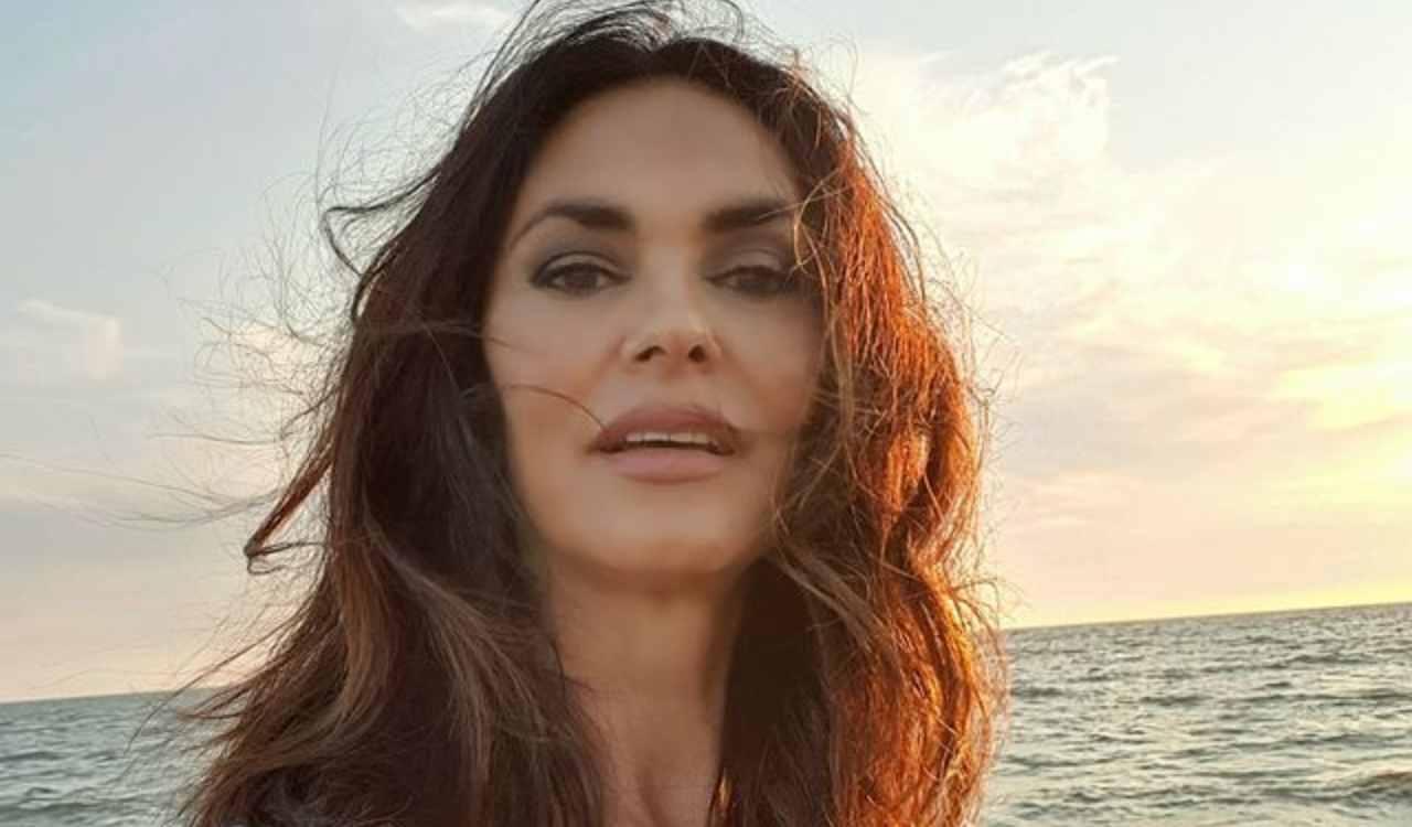 Maria Grazia Cucinotta al mare