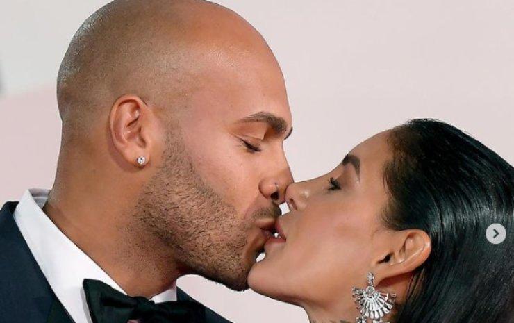 Il bacio tra i futuri sposi
